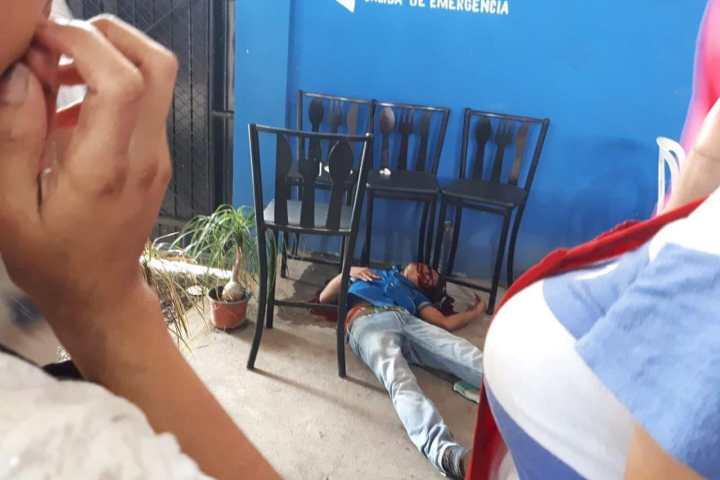 A balazos, acribillan a mesero en un bar de Tapachula