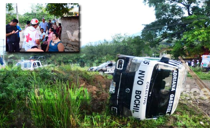 Vuelca colectivo de Nuevo Bochil y deja 12 heridos
