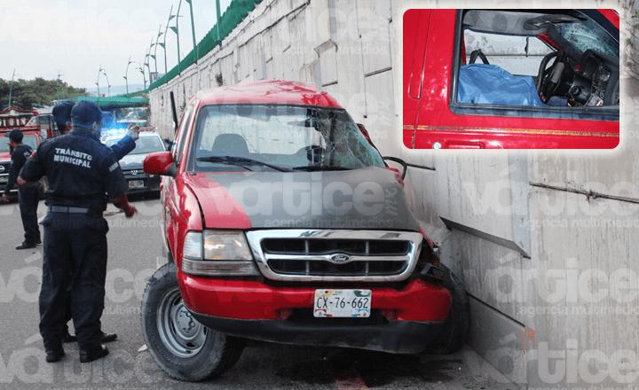 Fallece conductor al estrellarse contra un muro de contención
