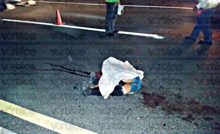 Muere motociclista tras agonizar varios minutos en la carretera