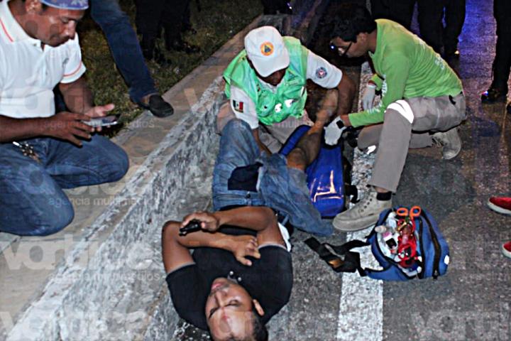 ¡Fracturado! Violenta embestida manda a peatón al hospital