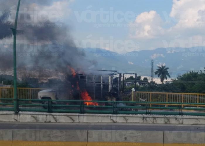 Arde camión pesado en Tuxtla y queda en pérdida total