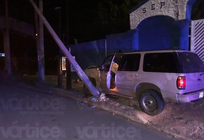 Camioneta derriba un poste de luz y termina contra una escuela