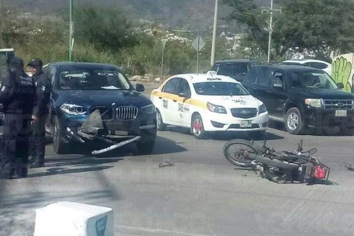 Con  fractura expuesta termina joven motociclista