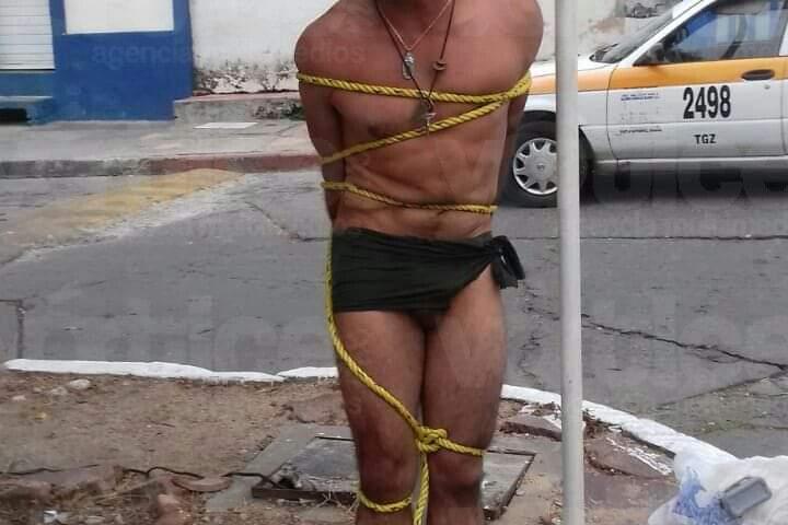 Dejan en ropa interior a presunto ladrón, le propinan golpiza y lo amarran