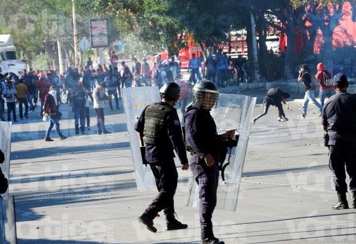 Enfrentamiento entre grupos antimotines y normalistas deja 5 heridos