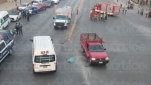 Muere menor aplastada por una camioneta tras choque y volcadura