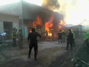 Arde fábrica de veladoras de parafina en Tuxtla