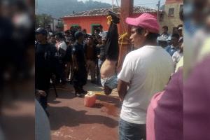 Cuelgan a presunto ladrón y amenazan con quemarlo en Huixtán