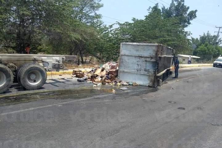 Vuelca contenedor de basura y casi provoca accidente
