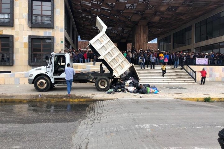 Arrojan toneladas de basura frente al Ayuntamiento Municipal