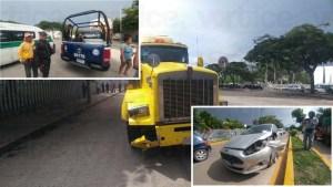 """Mole de acero """"arrasa"""" con varios vehículos y derriba un árbol"""