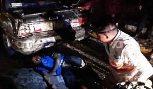 Moto repartidor queda debajo de un vehículo tras violento impacto