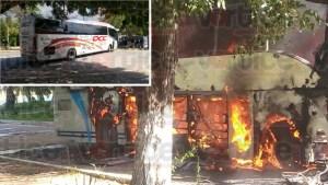 Enfrentamiento deja un normalista detenido y un autobús en llamas