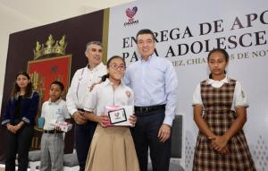 Entrega Rutilio Escandón más de mil tabletas electrónicas a estudiantes de secundaria