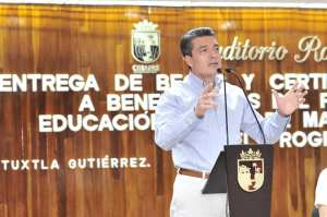 Rutilio Escandón entrega becas y certificados de secundaria a madres jóvenes y jóvenes embarazadas
