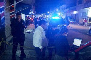 Muere cliente dentro de un bar y los empleados lo sacan a la calle