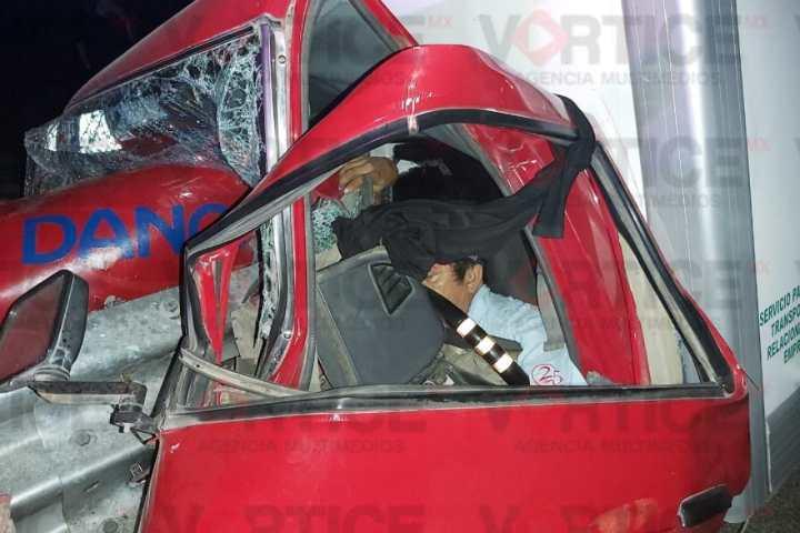 Murió camionero al atravesarle la barrera de contención