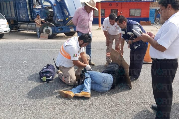 Se impacta motorista contra un camión tres toneladas