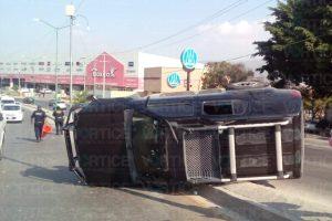 Vuelca camión tras esquivar a un peatón en Tuxtla