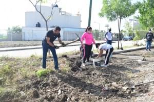 Vecinos del fraccionamiento Jardines del Grijalva limpian el bulevar