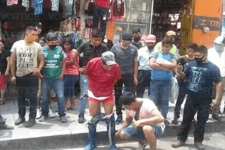 Locatarios amarran y golpean a presuntos ladrones en Tuxtla