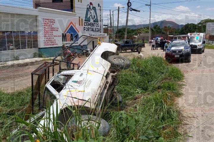 Vuelca camioneta y deja lesionadas tres personas
