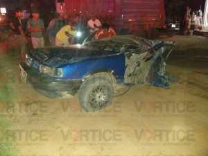 Veloz vehículo choca contra poste y se parte a la mitad