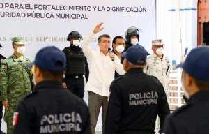 Rutilio Escandón entrega equipamiento y patrullas a Policía Municipal de Las Margaritas