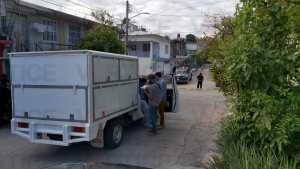 Balean a policía en la entrada de su casa