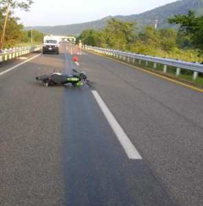 Familia que viajaba en motocicleta sufre trágico accidente; muere una joven