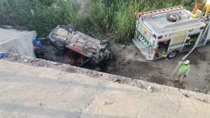 Colisionó contra camión y cayó al fondo de un dren pluvial