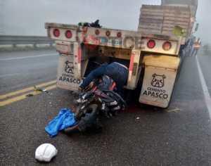 Muere motociclista tras estrellarse contra paragolpes de un tráiler