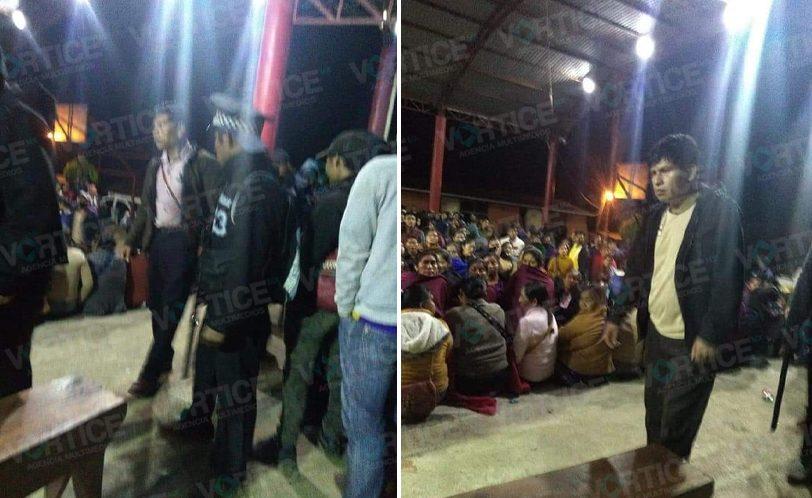 Retienen a funcionarios en El Corralito y bloquean carretera