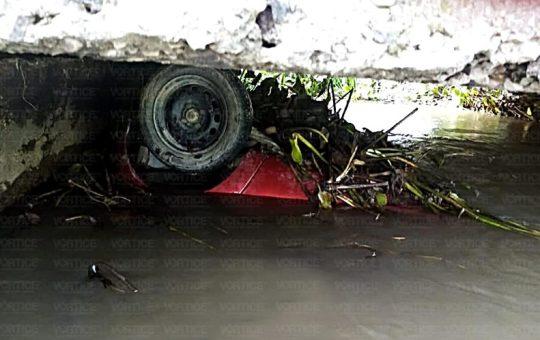Mueren tres personas ahogadas dentro de su vehículo en Villaflores