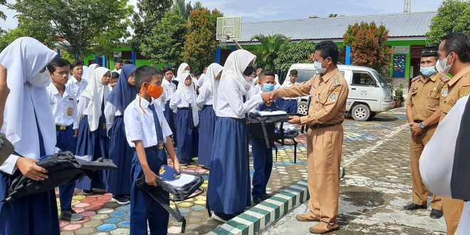 Seragam sekolah gratis SMP N Bumi Makmur Nibung