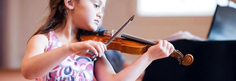 Довочка играет на скрипке