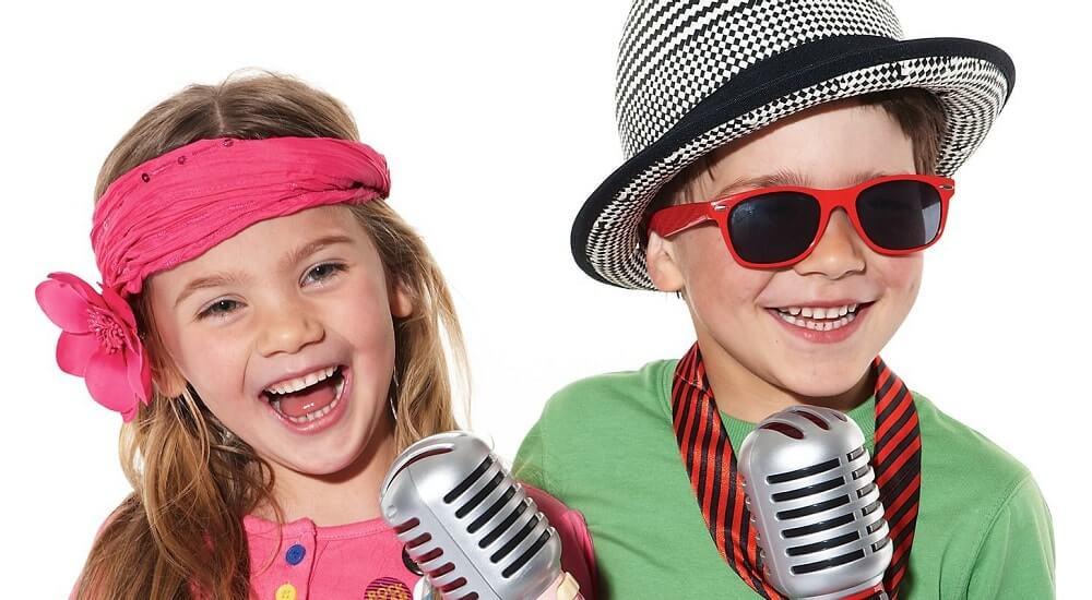 Мальчик и девочка у микрофона