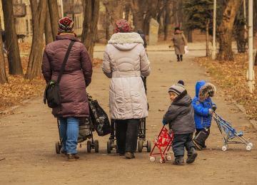 Мамы с детьми на прогулке