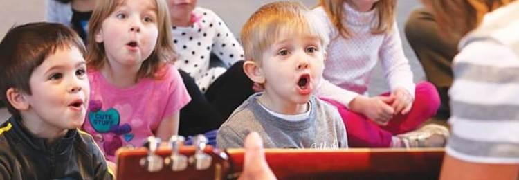 Дети в детском саду поют