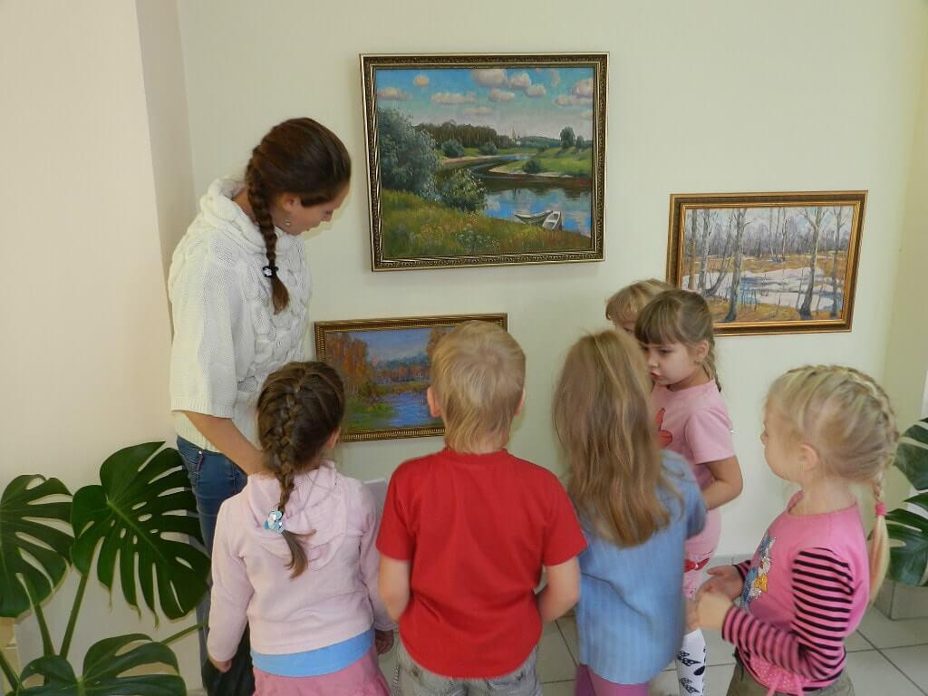 Дети смотрят на картины