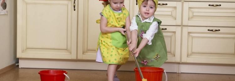 Трудовое воспитание в семье: Девочки моют пол