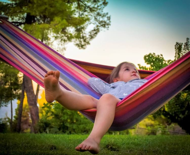 Летние каникулы, ребенок в гамаке