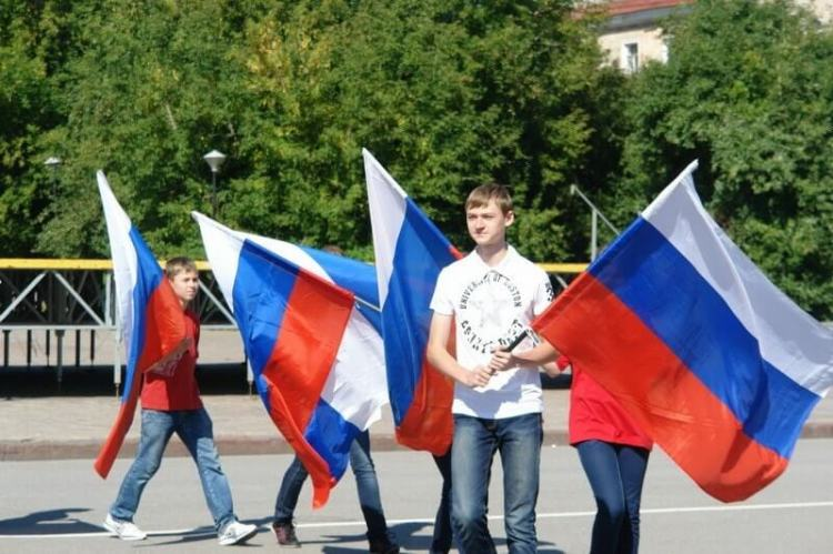 Школьники в флагами