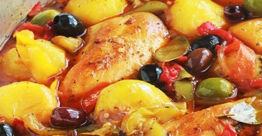 Poulet aux poivrons, pommes de terre, oignons, olives