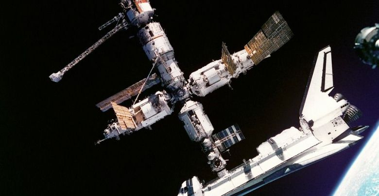 vsmirna stanica atlantis-space-shuttle-619890_960_720