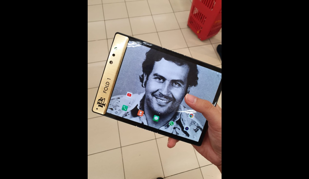 Roberto Escobar predstavil skladatelny smartfon Escobar Fold 1