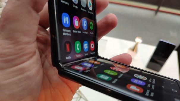 Samsung Galaxy Z Flip_zahnutie_2_detial_v ohnutom stave
