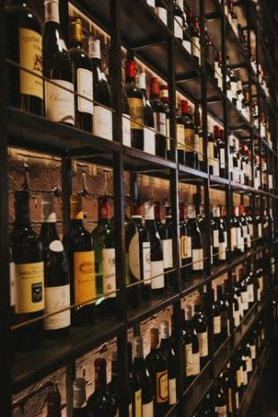 bouteilles rangés étagères
