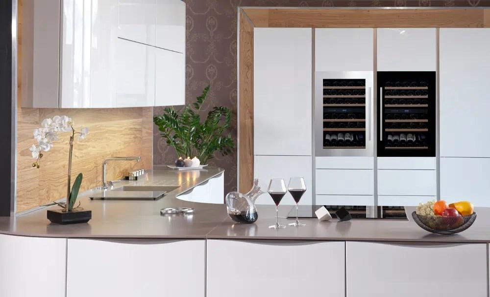 cave à vin dans cuisine blanche